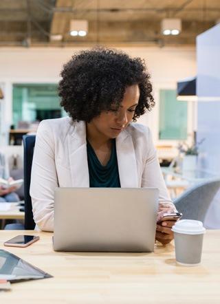 Femme travaillant dans un bureau
