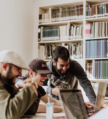 Étudiants qui travaillent ensemble dans la bonne humeur